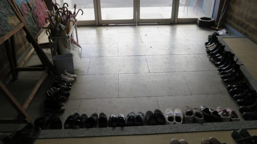 いろいろ撮影できちゃう学校スタジオ・アトリエミカミ・ハウススタジオ・玄関・撮影隊・靴・綺麗に整頓