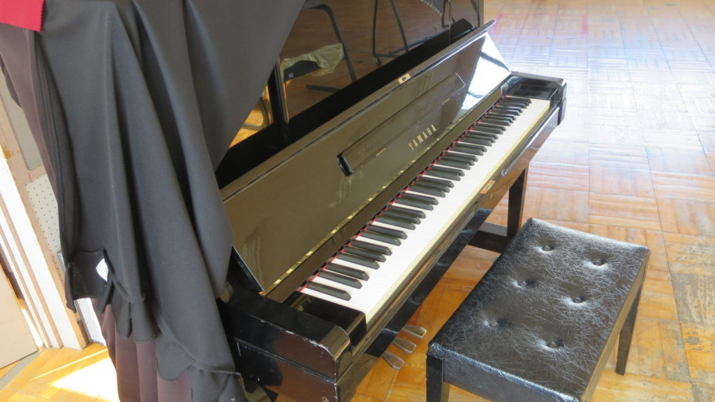 いろいろ撮影できちゃう学校スタジオの音楽室のピアノ