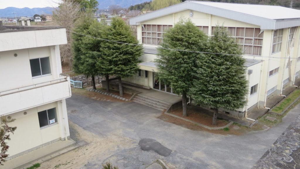 いろいろ撮影できちゃう学校スタジオ・体育館・出入口・校舎屋上から撮影