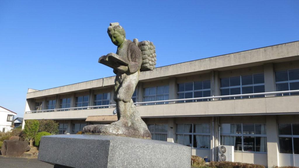 学校スタジオ・二宮金次郎・正面玄関