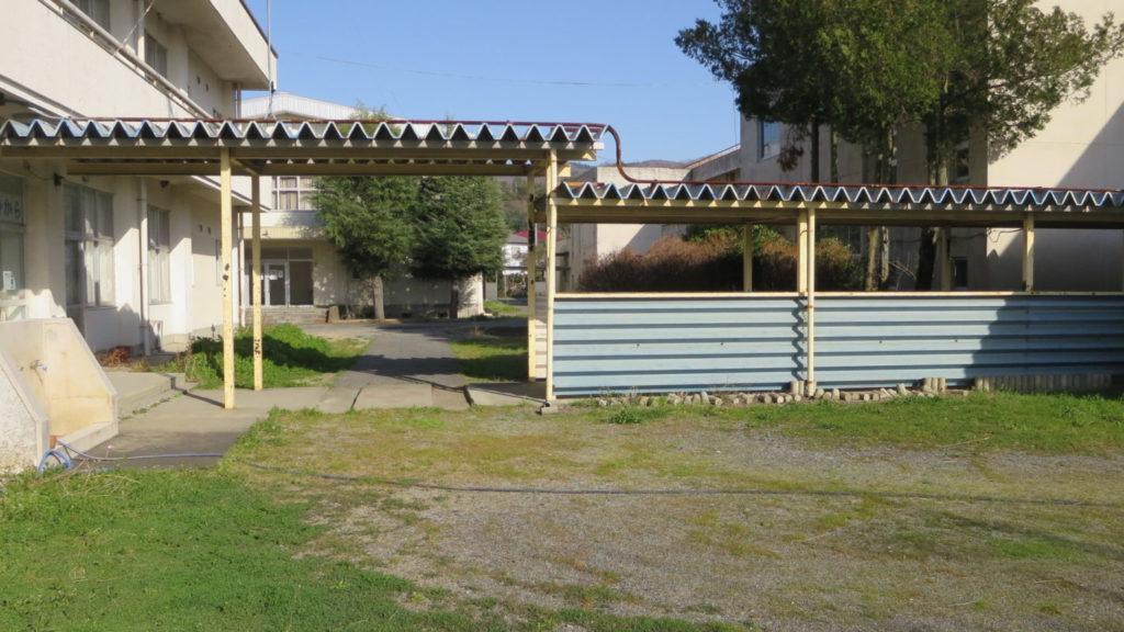 いろいろ撮影できちゃう学校スタジオ・渡り廊下・学校中庭・学校イメージ