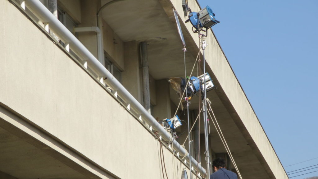 いろいろ撮影できちゃう学校スタジオ・教室の外から照明設置・撮影風景