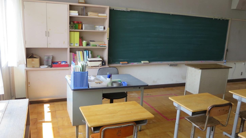 いろいろ撮影できちゃう学校スタジオ・教室・先生の机・飾り込み・