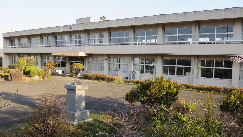 いろいろ撮影できちゃう学校スタジオ・二宮金次郎・正面玄関・学校庭