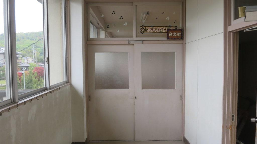 いろいろ撮影できちゃう学校スタジオの音楽室・入り口