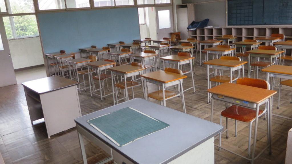 いろいろ撮影できちゃう学校スタジオ・教室・高校生用の机と椅子