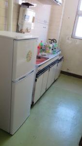 いろいろ撮影できちゃう学校スタジオ・給湯室・冷蔵庫・飾り込み