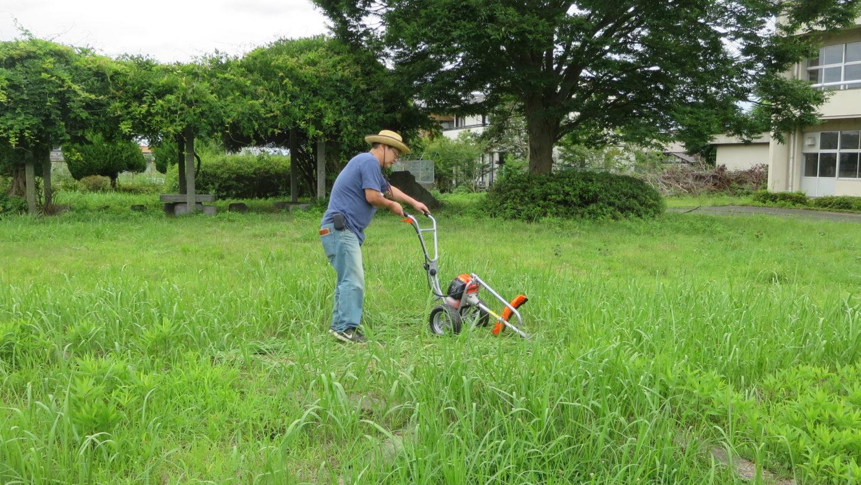 いろいろ撮影できる学校スタジオ・草刈り機・草刈り整備・撮影環境・庭の維持管理