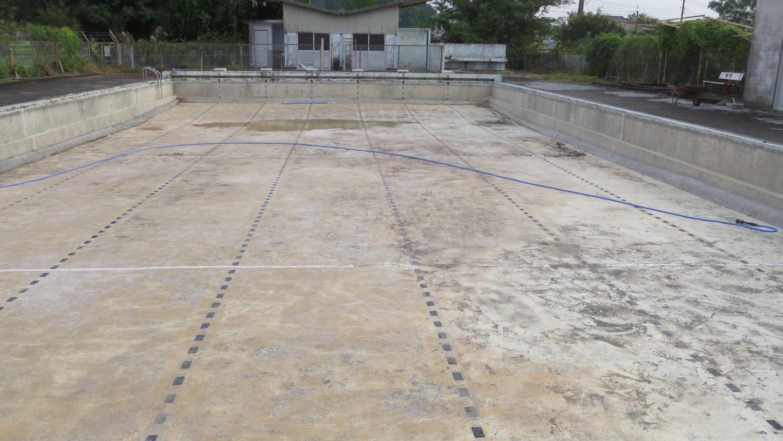 いろいろ撮影できる学校スタジオのプール清掃・底の汚泥完全撤去・プールの底・撮影