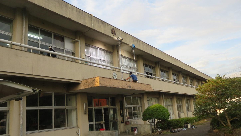 いろいろ撮影できる学校スタジオ・アトリエミカミのハウススタジオ・正面玄関上から教室に照明