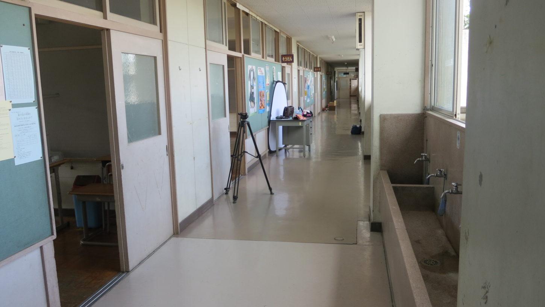 いろいろ撮影できる学校スタジオの廊下に機材が、教室で撮影中
