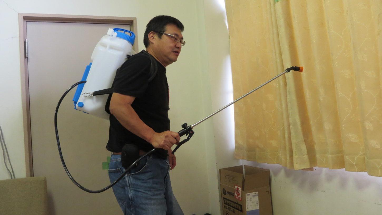 いろいろ撮影できる学校スタジオにコロナ対策で、消毒用として大型噴霧器導入、撮影前、撮影後消毒