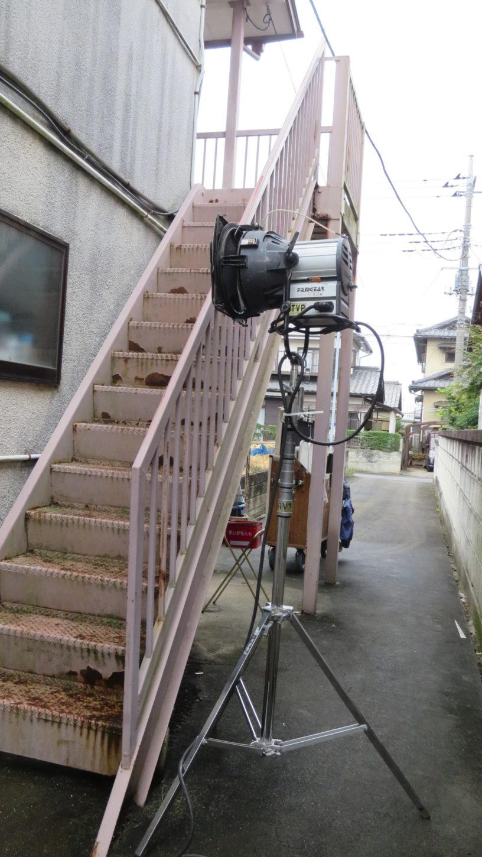 昭和でレトロなアパートスタジオに撮影に来た照明部の雨対策する前の照明機材
