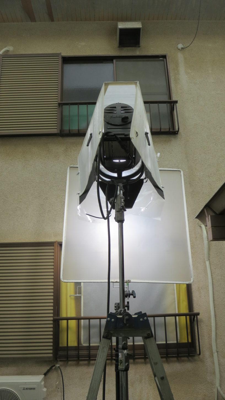昭和でレトロなアパートスタジオに撮影に来た照明部の雨対策した照明機材