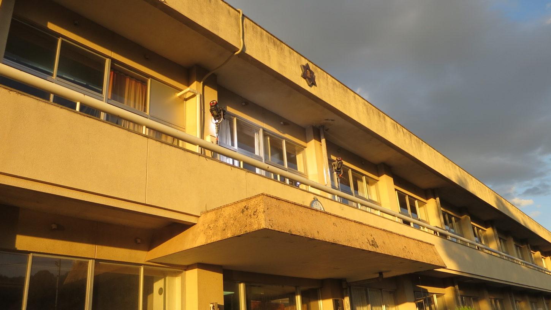 いろいろ撮影できる学校スタジオ・教室・照明外から・2階ベランダ