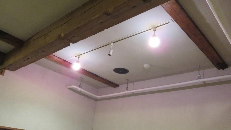 橋本珈琲スタジオ・グットデザイン賞受賞・登録有形文化財橋本旅館スタジオの中・LED電球に交換・スポットライト・省エネ・50W相当