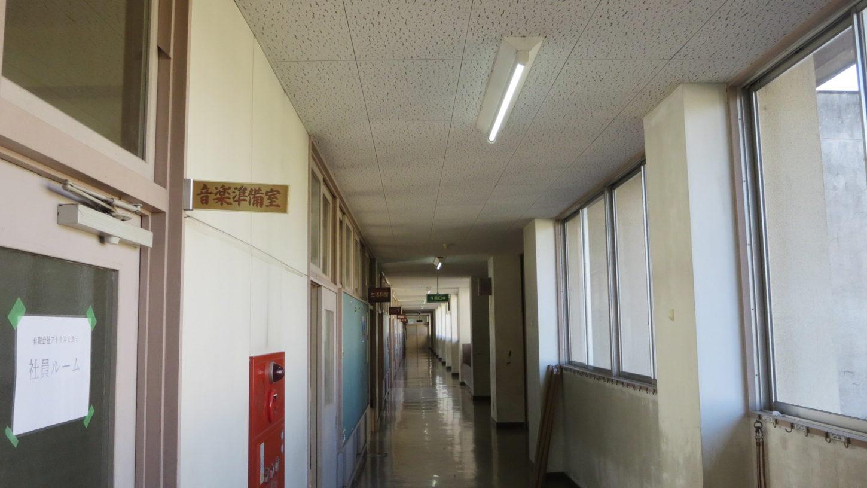 いろいろ撮影出来る学校スタジオ・校舎2階の廊下の直管の蛍光灯をLED型の蛍光灯に交換・電気料半額・明るさ2倍・アトリエミカミのハウススタジオ・CM撮影・ドラマ撮影・映画撮影・ミュージックビデオ撮影・ロケ地・撮影専用学校