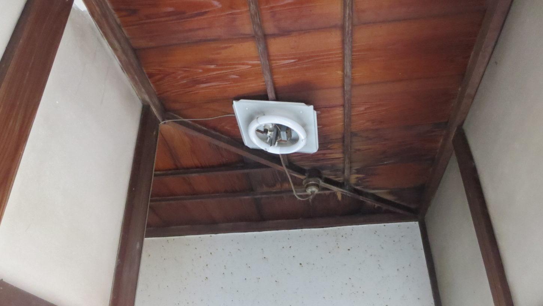 登録有文化財橋本旅館スタジオ・2階・廊下の電気・昭和初期の電気の傘に交換
