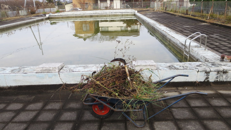 いろいろ撮影出来る学校スタジオ・プール・プール周りの清掃・雑草抜き・