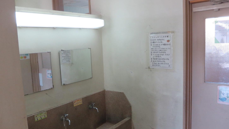 いろいろ撮影できる学校スタジオ・2階のトイレ前の手洗い場所・照明をLED照明に交換工事・蛍光灯からLEDに交換
