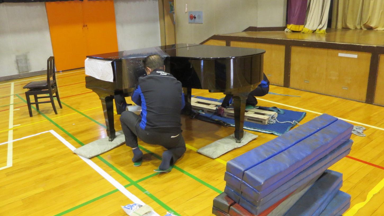 いろいろ撮影できる学校スタジオ・体育館・グランドピアノ・移動・ピアノ専門業者・撮影のため場所移動・