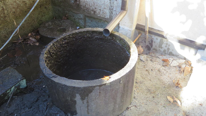 登録有形文化財橋本旅館スタジオの庭にある防火曹の清掃、汚泥撤去