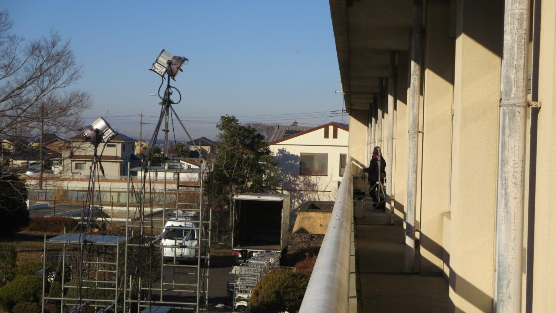 いろいろ撮影できる学校スタジオ・教室に外から照明・イントレ