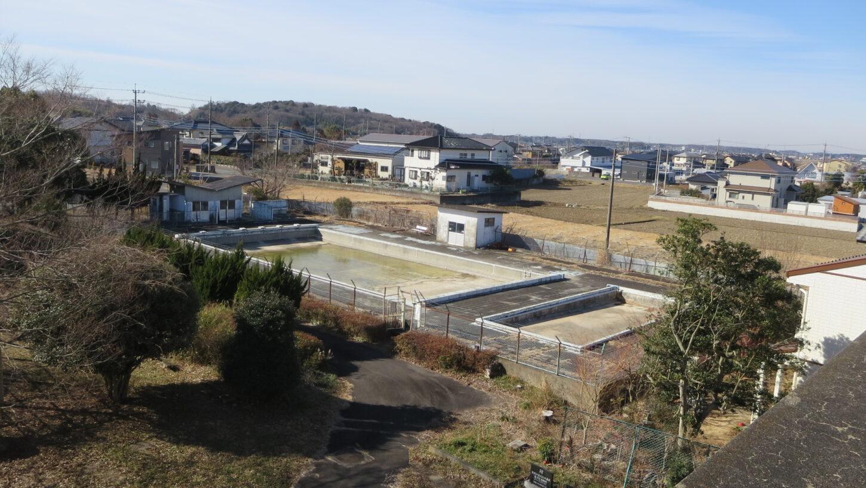 いろいろ撮影できる学校スタジオ・屋上からのプール