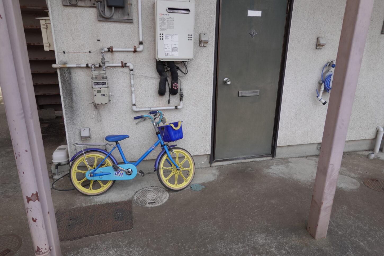 昭和でレトロなアパートスタジオ・幼児用自転車・美術小道具・外観飾り用