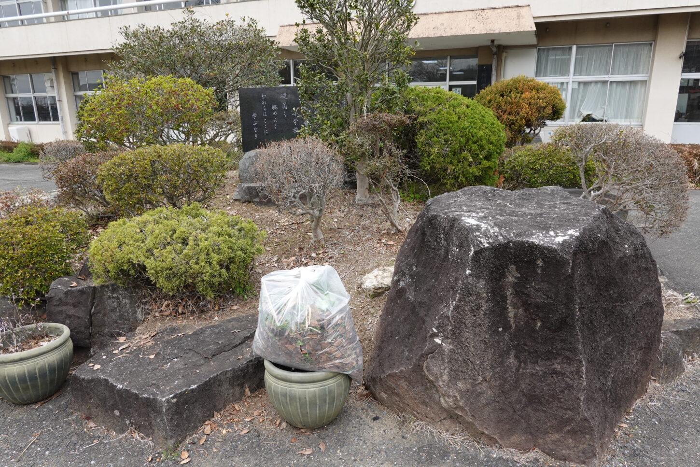 学校スタジオ・正面玄関前・重要ポイント・草刈・整地・撮影イメージポイント