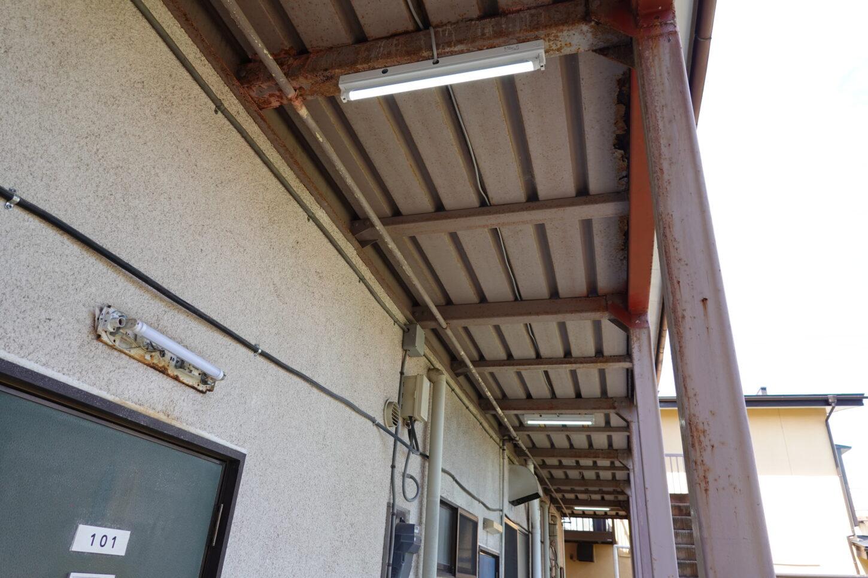 アトリエミカミ管理運営・昭和でレトロなアパートスタジオ・撮影専用に改造・撮影スタジオ・外廊下・照明・蛍光灯型のLED照明
