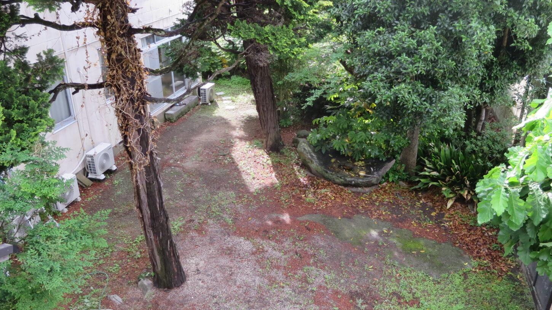 登録有形文化財橋本旅館2階の窓・新館側・東側‣窓からみた外