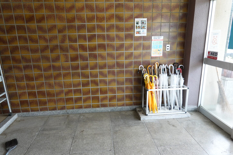 学校スタジオ・正面玄関・傘・整理整頓