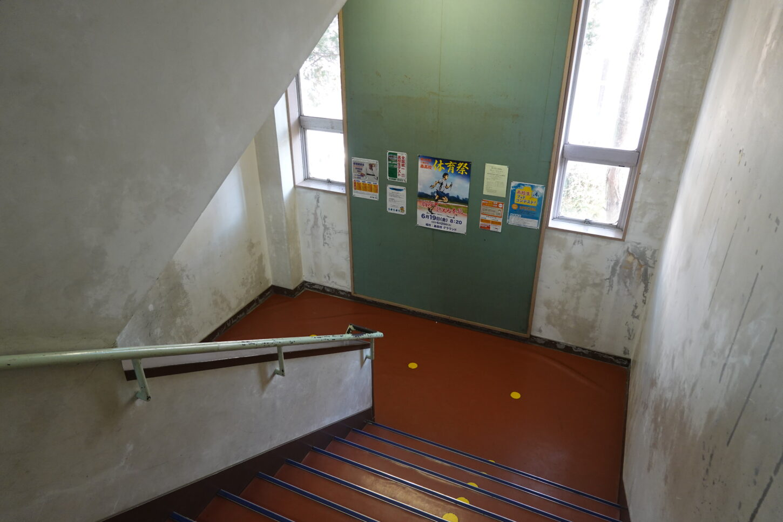 いろいろ撮影出来る学校スタジオの階段・ポスター・張り紙・高校設定