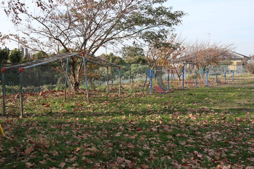 学校スタジオ校庭の隅の鉄棒