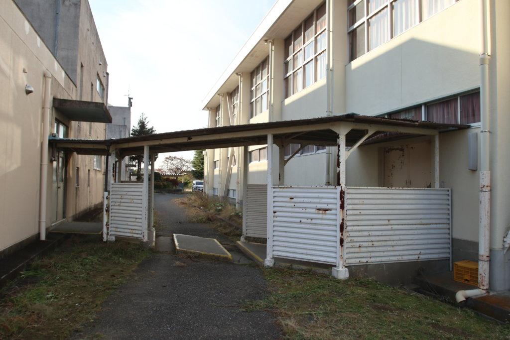 東京近郊のまるまる撮影で使える学校スタジオ渡り廊下