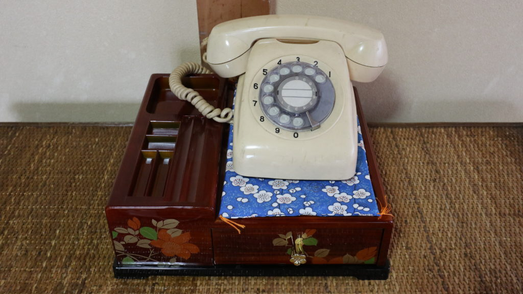 昭和の美術小道具ダイヤル式電話白