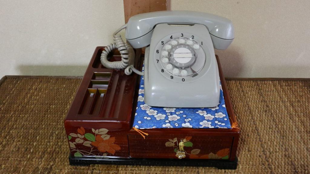 昭和の美術小道具ダイヤル式電話灰色