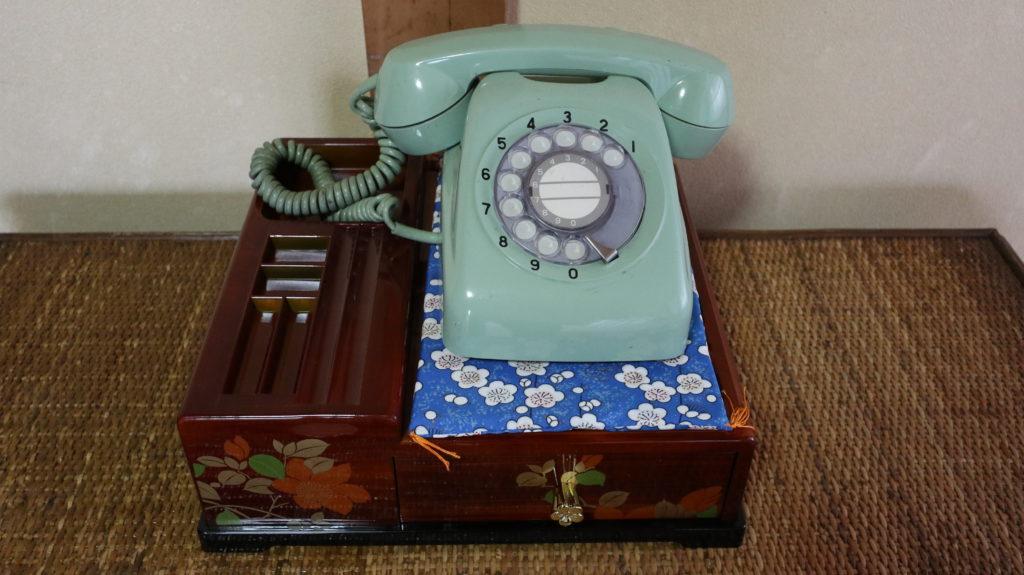 昭和の美術小道具ダイヤル式電話緑