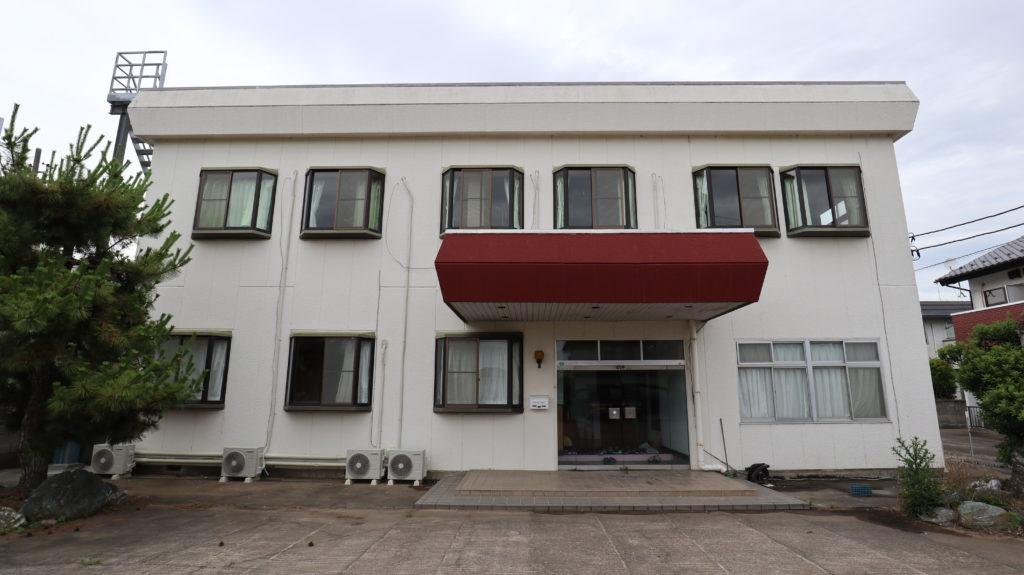 昭和のビジネスホテルスタジオ正面玄関