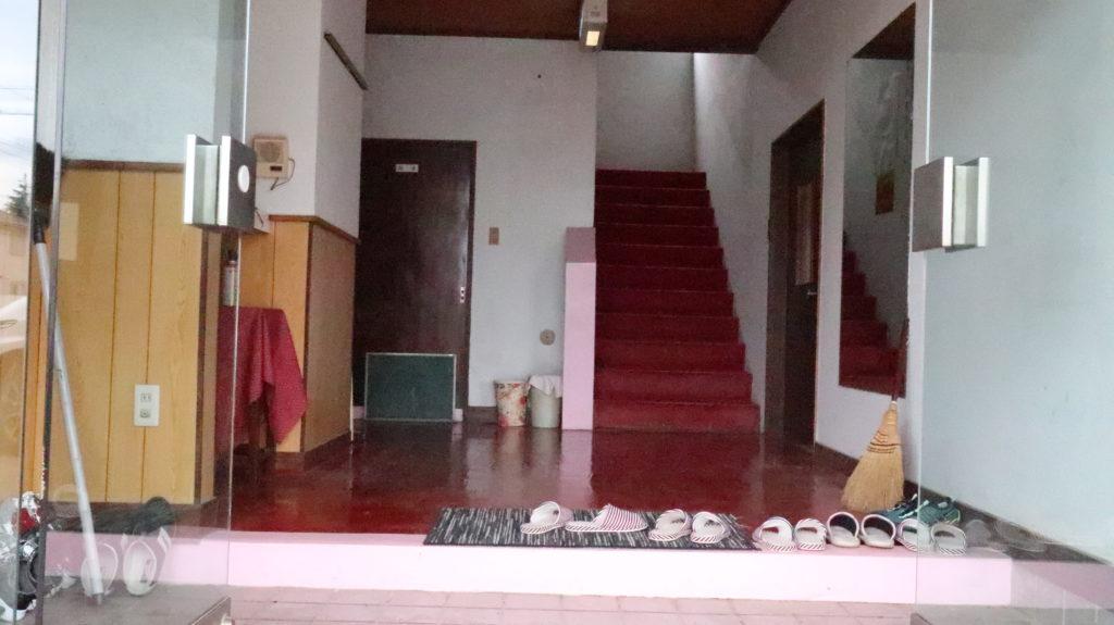 昭和のビジネスホテルスタジオ正面階段