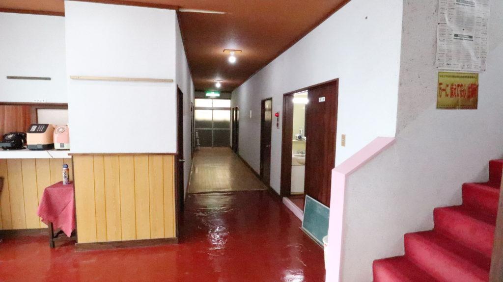 昭和のビジネスホテルスタジオ廊下