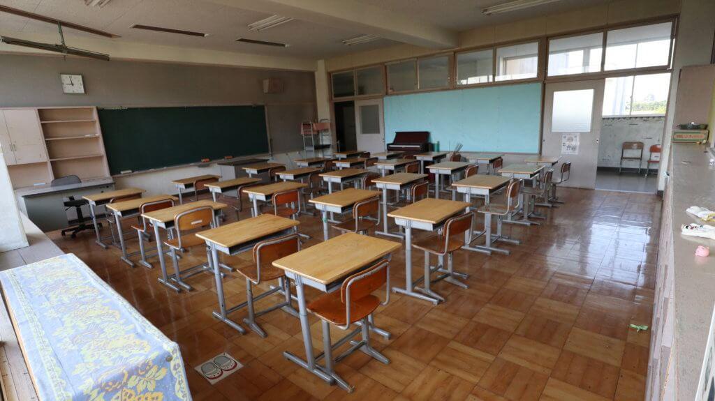 撮影できる学校スタジオ・机と椅子が並ぶ教室