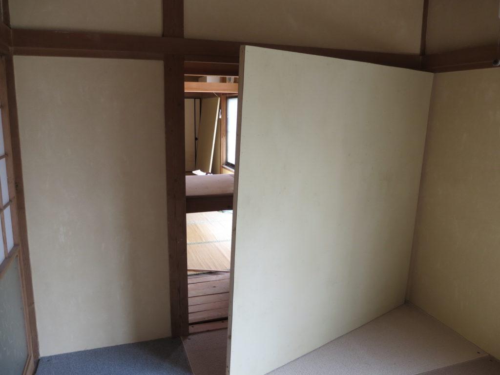 アパートスタジオの押し入れの裏の壁が外せます