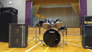 まるまる撮影で使える学校スタジオ・体育館・ドラム設置してました