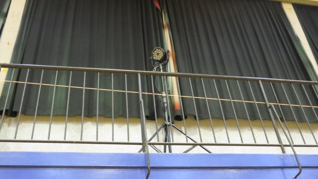 まるまる使える学校スタジオ・体育館・横上に照明設置してました