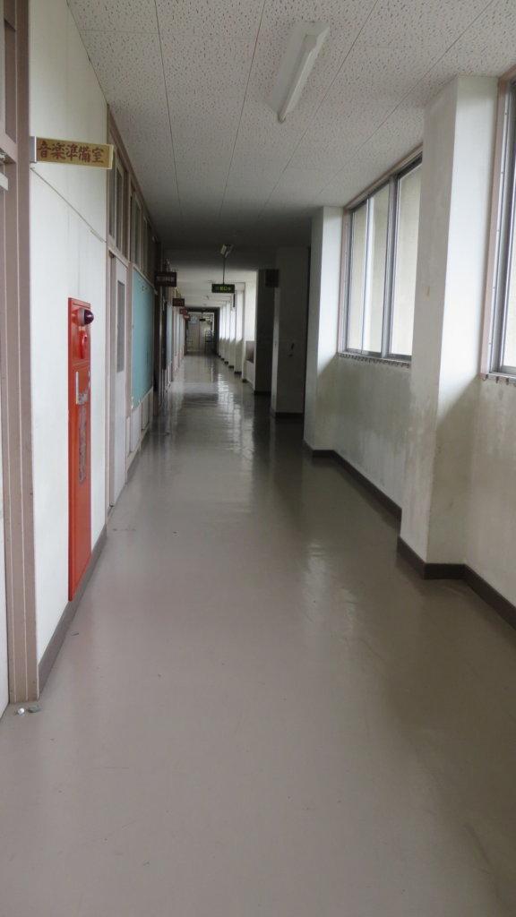 まるまる撮影で使える学校スタジオ・2階廊下・音楽室から