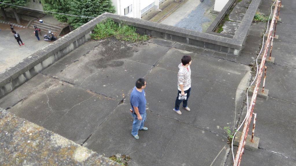 まるまる撮影で使える学校スタジオ・屋上の上の貯水槽・カメラポジション