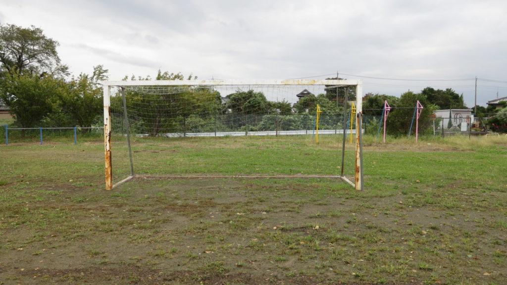 まるごと撮影で使える学校スタジオの校庭にサッカーのゴールあります