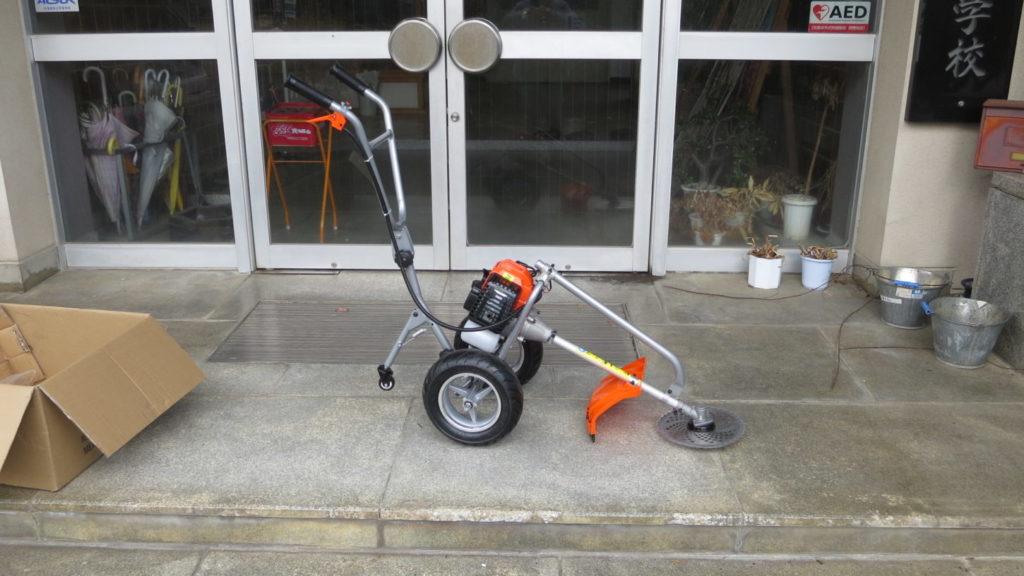 まるまる撮影で使える学校スタジオの庭の草刈り・雑草駆除・草刈り機